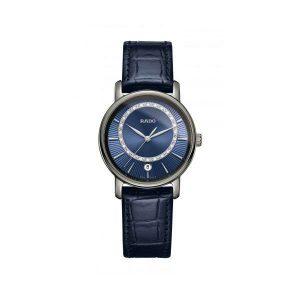 Dames horloge uit de Rado Diamaster collection - uitgevoerd met een blauw lederen band, een blauwe wijzerplaat voorzien van briljant - de kast is gemaakt van Plasma Ceramic voor een krasbestendige toekomst - De Rado collectie is verkrijgbaar bij Sparnaaij Juweliers in Aalsmeer