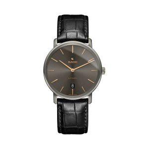Heren horloge uit de Rado Diamaster collection - uitgevoerd met een Plasma Ceramic kast, datum en lederen band - grijze wijzerplaat met gouden indexen - De Rado collectie is verkrijgbaar bij Sparnaaij Juweliers in Aalsmeer