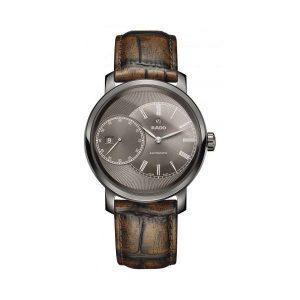 Heren horloge uit de Rado Diamaster collection - voorzien van kast van Plasma Ceramic en een wijzerplaat met decentrale secondewijzer en datum - een bruin lederen band en grijze wijzerplaat - De Rado collectie is verkrijgbaar bij Sparnaaij Juweliers in Aalsmeer