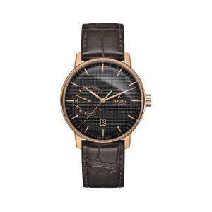 Heren horloge uit de Rado Coupole Classic collection - uitgevoerd in Rose PVD met grijze wijzerplaat en automatisch uurwerk met gangreserve - dit model is voorzien van een bruin lederen band - De Rado collectie is verkrijgbaar bij Sparnaaij Juweliers in Aalsmeer