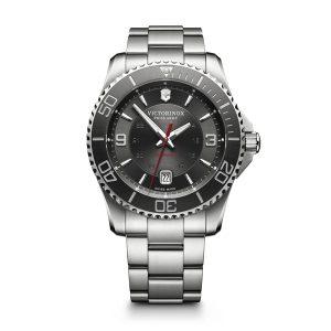 Heren horloge uit de Victorinox Maverick collection - uitgevoerd met een stalen band en kast en een grijze wijzerplaat en lunette - voorzien van een automatisch uurwerk - De Victorinox collectie is verkrijgbaar bij Sparnaaij Juweliers in Aalsmeer