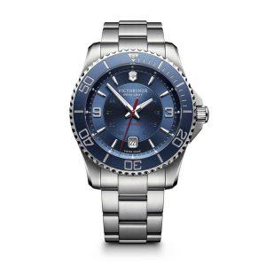 Heren horloge uit de Victorinox Maverick collection - uitgevoerd is staal met een blauwe wijzerplaat en lunette - voorzien van een automatisch uurwerk - waterdicht tot 100 meter - De Victorinox collectie is verkrijgbaar bij Sparnaaij Juweliers in Aalsmeer