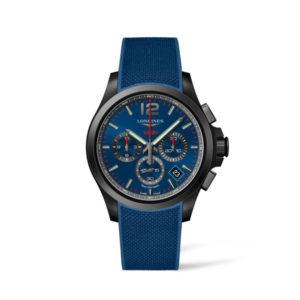 Heren horloge uit de Conquest V.H.P. collection - uitgevoerd met een blauw rubber band, een blauwe wijzerplaat en een black PVD kast - voorzien van een Very High Precision Quartz uurwerk met chronograph functie - De Longines collectie is verkrijgbaar bij Sparnaaij Juweliers in Aalsmeer