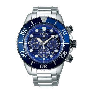 Heren horloge uit de Seiko Prospec serie - uitgevoerd met stalen band en kast, een blauwe wijzerplaat en een blauw met zwarte lunette - voorzien van een quartz uurwerk met Solar techniek en chronograph functie - De Seiko collectie is verkrijgbaar bij Sparnaaij Juweliers in Aalsmeer