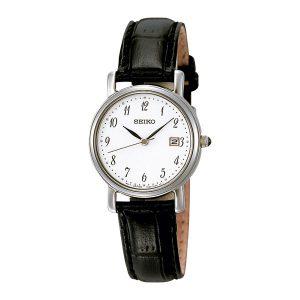 Mooi klassiek dames horloge uit de Seiko collectie - uitgevoerd met een stalen kast, een zwart lederen band en een witte wijzerplaat - voorzien van een quartz uurwerk - De Seiko collectie is verkrijgbaar bij Sparnaaij Juweliers in Aalsmeer en Hoofddorp