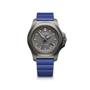 Heren horloge uit de Victorinox I.N.O.X. Titanium collectie - uitgevoerd met een blauw rubber band en een grijze wijzerplaat - voorzien van een quartz uurwerk - waterdicht tot 200 meter - De Victorinox collectie is verkrijgbaar bij Sparnaaij Juweliers in Aalsmeer