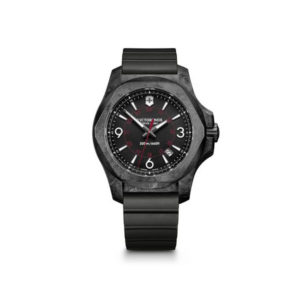 Heren horloge uit de Victorinox I.N.O.X. Carbon collectie - uitgevoerd met een Zwart rubber band en een zwarte Carbon kast - voorzien van een quartz uurwerk en een zwarte wijzerplaat - waterdicht tot 200 meter - De Victorinox collectie is verkrijgbaar bij Sparnaaij Juweliers in Aalsmeer
