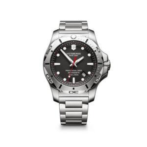 Heren horloge uit de Victorinox I.N.O.X. Professional Diver collection - uitgevoerd met een stalen band en kast en een zwarte wijzerplaat - voorzien van een quartz uurwerk - waterdicht tot 200 meter - De Victorinox collectie is verkrijgbaar bij Sparnaaij Juweliers in Aalsmeer