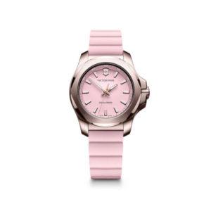 Dames horloge uit de Victorinox I.N.O.X. collection - uitgevoerd met een rose kast en een rose rubber band - voorzien van een quartz uurwerk en een rose wijzerplaat - De Victorinox collection is verkrijgbaar bij Sparnaaij Juweliers in Aalsmeer