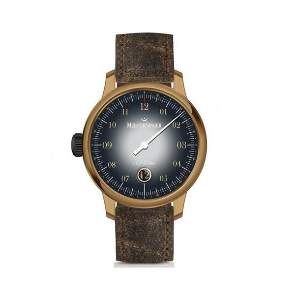 Heren horloge uit de Meistersinger collectie - uitgevoerd met een bronzen kast en een bruin lederen band - voorzien van een automatisch uurwerk en een saffier glas - De Meistersinger collectie is verkrijgbaar bij Sparnaaij Juweliers in Aalsmeer