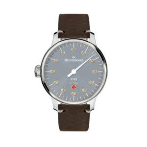Heren horloge uit de Meistersinger collectie - dit is een, speciaal voor nederlend, gelemiteerde uitvoering welke is gemaakt in een oplage van 117 stuks - wij hebben nummer 073 van 117 in de collectie - Dit model is uitgevoerd met een stalen kast, een lederen band en een automatisch uurwerk - De Meistersinger collectie is verkrijgbaar bij Sparnaaij Juweliers in Aalsmeer